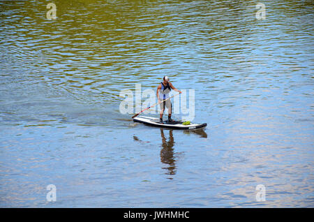 London, UK. 13th Aug, 2017. Sunny Sunday afternoon on Putney Bridge. Credit: JOHNNY ARMSTEAD/Alamy Live News - Stock Photo