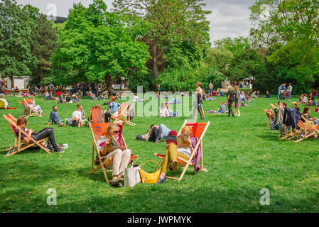 Vienna park summer, people relax on a Sunday afternoon in the Stadtpark in the centre of Vienna, Austria. - Stock Photo