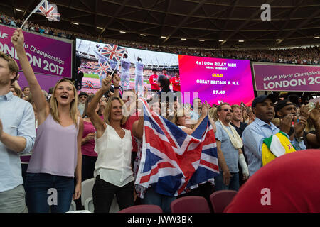London, UK. 13th Aug, 2017. London, August 13 2017 . Fans cheer the British 4x100 team as they arrive for their - Stock Photo