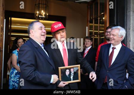 Edinburgh, Scotland, UK. 13th Aug, 2017. 'Donald Trump' (Danny Posthill, Impressionist) centre meets (left) Alex - Stock Photo
