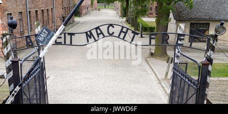 Blick auf das Tor mit dem Schriftzug 'Arbeit macht frei' zum früheren Konzentrationslager Auschwitz in Oswiecim - Stock Photo