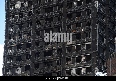 The blackened shell of Grenfell Tower in west London, as survivors of the fire have resorted to searching for new - Stock Photo