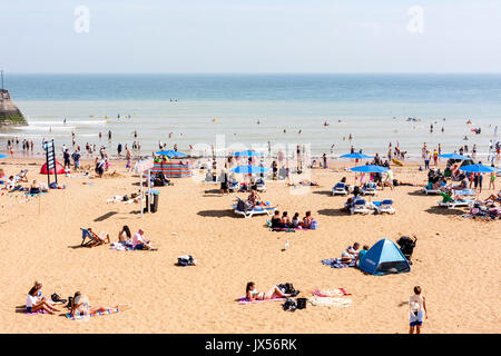 Holiday resort, Broadstairs. Viking bay, the main beach. Beach with many people on sunbathing and paddling in the - Stock Photo