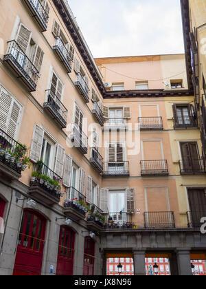 Arquitectura típica con balcones en la calle Zaragoza junto a la Plaza Mayor. Madrid. España - Stock Photo
