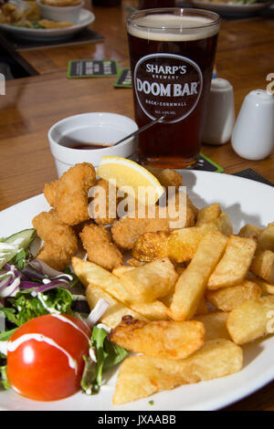 An English pub/bar/restaurant lunch of traditional Breaded fried Scampi with chips/fries, side salad and a pint - Stock Photo