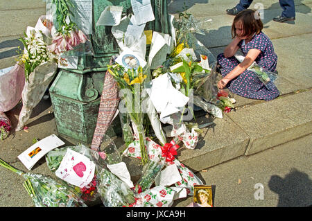 6th September 1997. Funeral of Princess Diana. Young girl reading messages to a Lady Di outside Buckingham Palace - Stock Photo