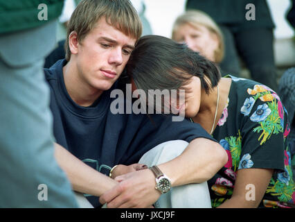 Princess Diana's death sent the world into wide spread grief.   Mourners grieve outside Buckingham Palace on the - Stock Photo