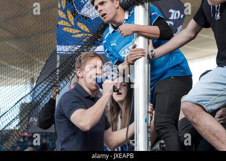Trainer Julian NAGELSMANN (1899) mit Mikrofon in der Hand bei den Fans auf dem Zaun; Anhaenger (Anhanger); schreit Parolen; Fussball 1. Bundesliga, 34. Spieltag, TSG 1899 Hoffenheim (1899) - FC Augsburg (A) 0:0, am 20.05.2017 in Sinsheim/Deutschland.   Verwendung weltweit