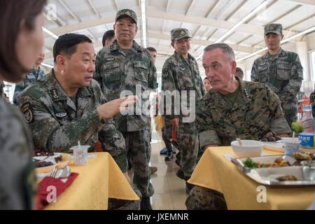 Haichung, China. 16th Aug, 2017. U.S. Chairman of the Joint Chiefs Gen. Joseph Dunford, right, chats with People's - Stock Photo