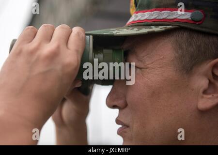 Haichung, China. 16th Aug, 2017. Chinese People's Liberation Army Gen. Song Puxuan watches an attack exercise at - Stock Photo