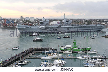 HMS Queen Elizabeth arrives at her home port of Portsmouth for the first time watched by tens of thousands of people. - Stock Photo
