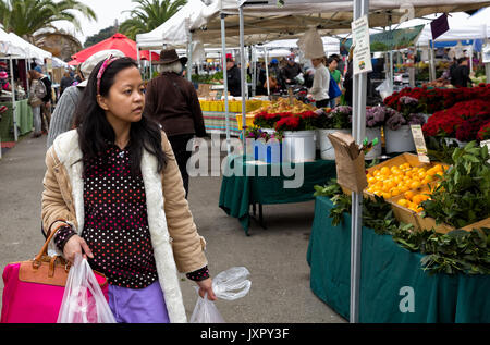 Oakland, California shoppers at the Grand Lake Farmers Market, open Saturdays year around and one of the largest - Stock Photo