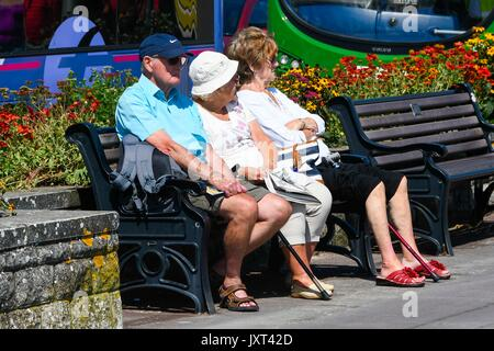 Weymouth, Dorset, UK. 17th Aug, 2017. UK Weather. Pensioners on the seafront enjoying the warm sunny weather at - Stock Photo