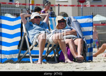 Weymouth, Dorset, UK. 17th Aug, 2017. UK Weather. Sunbathers on the beach enjoying the warm sunny weather at the - Stock Photo