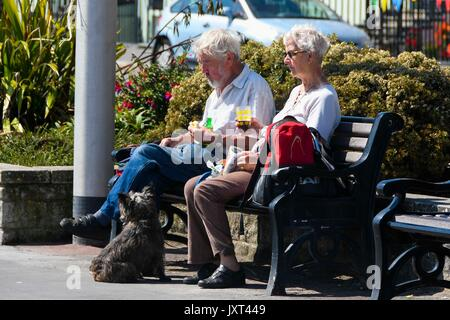 Weymouth, Dorset, UK. 17th Aug, 2017. UK Weather. Holidaymakers enjoying the warm sunny weather at the seaside resort - Stock Photo