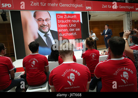 SPD general secretary Hubertus Heil (r) presents new posters for the SPDelection campaign, during a presentation - Stock Photo