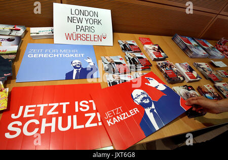 Berlin, Germany. 17th Aug, 2017. Information leaflets on SPD chancellor candidate Martin Schulz pictured during - Stock Photo