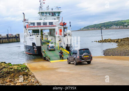 Largs, Scotland, UK. 17th August, 2017. UK Weather: People and vehicles boarding the Calmac car ferry, MV Loch Shira, - Stock Photo
