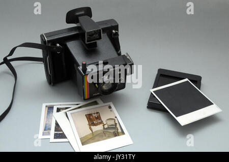 Polaroid camera, Super Color Swinger model, vintage in very good condition and polartoid pictures - Stock Photo