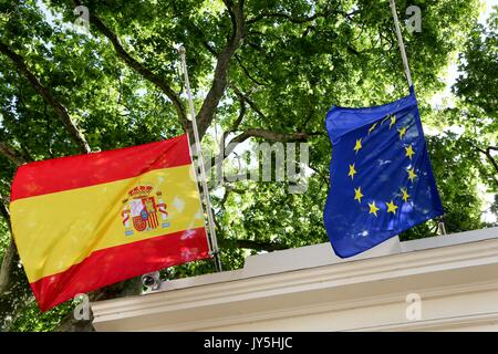 Spanish Embassy. London, UK. 18th Aug, 2017. Spanish and European flags at half mast above the Spanish Embassy in - Stock Photo