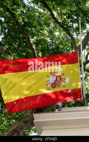 Spanish Embassy. London, UK. 18th Aug, 2017. Spanish and European flags at half mast above the Spanish Embassy in - Stock Photo