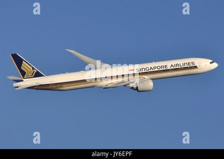 SINGAPORE AIRLINES BOEING 777-300ER 9V-SWP CLIMBING OUT OF LONDON HEATHROW - Stock Photo