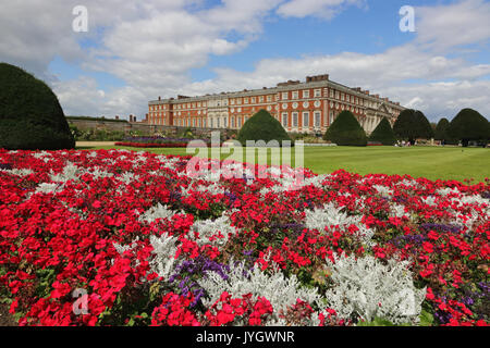Hampton Court, Surrey, UK. 19th August, 2017. The formal gardens are ablaze with the colour of masses of flowers - Stock Photo