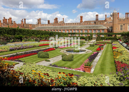 Hampton Court, Surrey, UK. 19th August, 2017. The formal pond gardens are ablaze with the colour of masses of flowers - Stock Photo