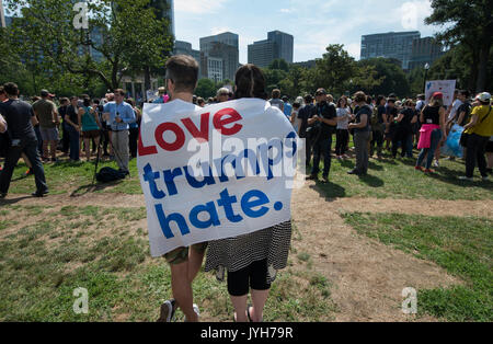 Boston, USA. 19th Aug, 2017. Boston police estimated that up to 40,000 demonstrators gathered at the center of the - Stock Photo