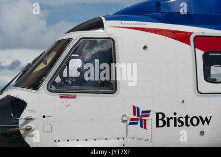 Bristow Helicopter, landing on a north sea oil and gas platform. credit: LEE RAMSDEN / ALAMY - Stock Photo