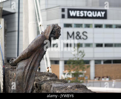 Sculpture of former mayor John Le Fleming on Southampton bridge with Westquay shopping centre Marks and Spencer - Stock Photo