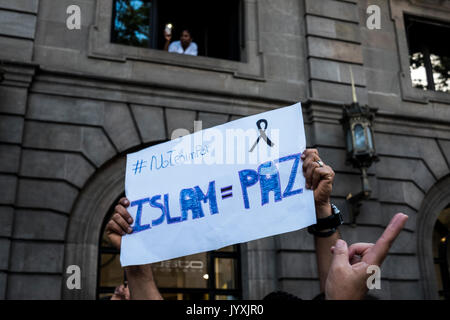 Barcelona, Spain. 20th Aug, 2017. The Muslim community of Barcelona pays tribute to the victims of the terrorist - Stock Photo