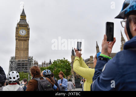 London, UK.  21 August 2017.  Crowds gather outside the Houses of Parliament ahead of the last hourly chimes at - Stock Photo