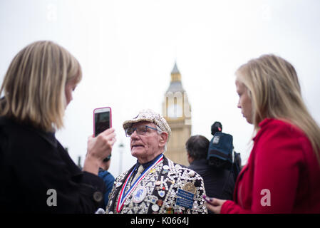 London, England, UK. 21 August, 2017. George Major, Pearly King of Peckham joins crowds and the world's media to - Stock Photo