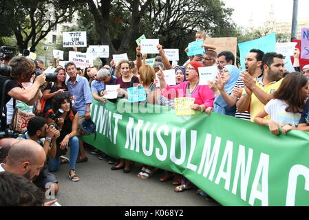 Barcelona, Spain. 21st Aug, 2017. Spain muslim comunity at a demonstration against Barcelona terrorist attacks at Catalunya Square on Monday 21st August 2017. Credit: Gtres Información más Comuniación on line,S.L./Alamy Live News