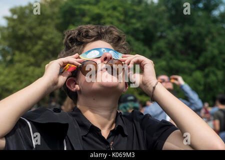 New York, USA. 21st Aug, 2017. New York, NY 21 August 2017 - New Yorkers gathered in Washington Square to see a - Stock Photo