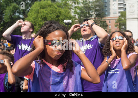 New York, USA. 21st Aug, 2017. New York, NY 21 August 2017 - Eclipse watchers, including a group of children from - Stock Photo
