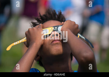 Amherst, USA. 21st Aug, 2017. African American boy watching eclipse in Amherst MA Credit: Edgar Izzy/Alamy Live - Stock Photo