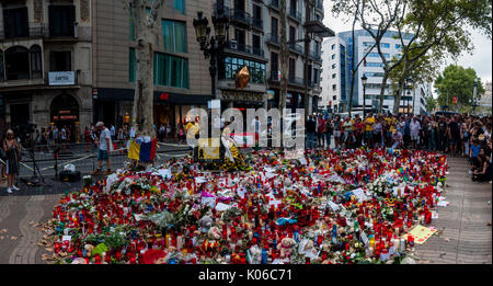 Barcelona, Spain. 21st Aug, 2017. Residents and tourists pay homage to the victims of the attacks of last Thursday, August 17, 2017 along the fateful and fatal route that the van did along Las Ramblas of Barcelona, on the fourth day since the attacks. Credit: Cisco Pelay/Alamy Live News