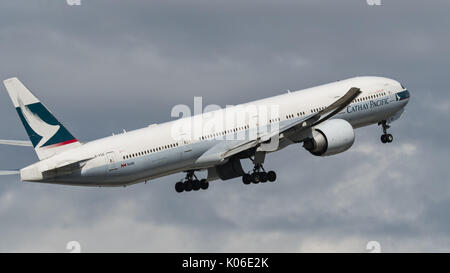 Richmond, British Columbia, Canada. 18th Aug, 2017. A Cathay Pacific Airways Boeing 777-300ER (B-KQS) wide-body - Stock Photo