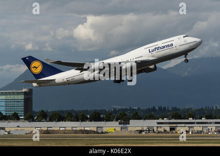 Richmond, British Columbia, Canada. 18th Aug, 2017. A Lufthansa Boeing 747-400 (D-ABVX) wide-body jet airliner takes - Stock Photo