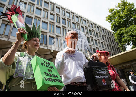 London, UK. 11th August, 2017. Campaigners from Stop The War Coalition and the Campaign for Nuclear Disarmament - Stock Photo