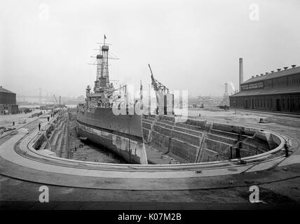 American warship in Brooklyn Navy Yard, dry dock No. 4, Brooklyn, New York, USA     Date: 1910s - Stock Photo