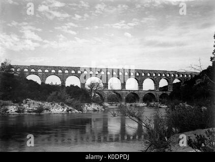 AJAXNETPHOTO. 1910 (APPROX). PONT DU GARD, FRANCE. - ROMAN AQUADUCT - VINTAGE GLASS PLATE PHOTO OF THE ROMAN QUADUCT - Stock Photo