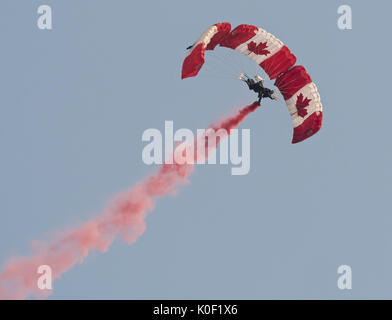 August 11, 2017 - Abbotsford, British Columbia, Canada - Members of the Canadian Armed Forces SkyHawk parachute - Stock Photo