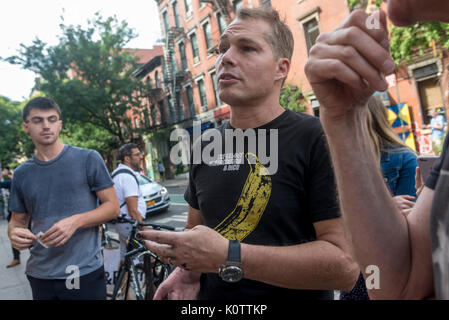 New York, USA. 23rd Aug, 2017. American Artist Shepard Fairy discusses his work with fans and passersby after creating - Stock Photo