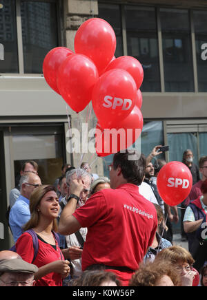 Essen, Germany. 24th Aug, 2017. Red balloons of social democrats during a campaign rally. Credit: Juergen Schwarz/Alamy - Stock Photo