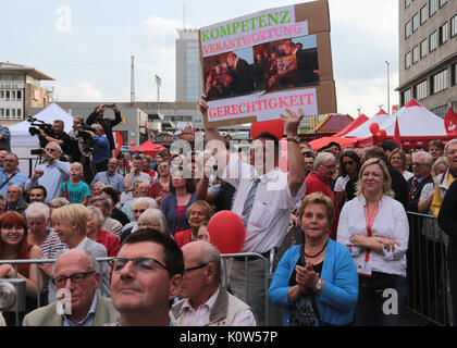Essen, Germany. 24th Aug, 2017. Supporters of social democratic candidate for chancellor Martin Schulz lift posters - Stock Photo