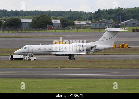 N475LC, a Gulfstream Aerospace G-IV, at Prestwick International Airport in Ayrshire. - Stock Photo