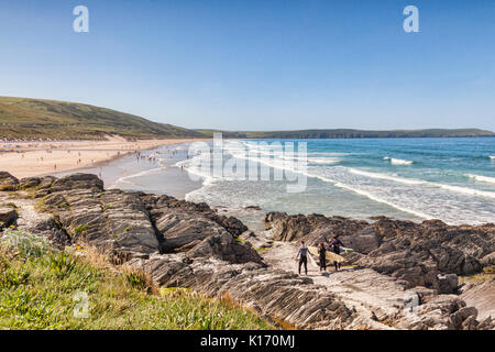17 June 2017: Woolacombe, North Devon, England, UK - A group of surfers looks out over the beach on one of the hottest - Stock Photo
